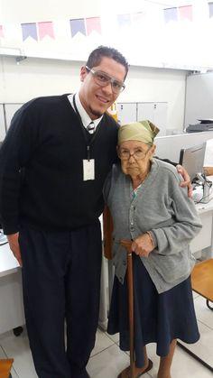 Aos 98 anos de idade, Rosa Teixeira foi ao Poupatempo Registro para renovar seu RG. Para guardar uma lembrança de carinho do atendimento inusitado, o atendente Rafael tirou uma foto com a cidadã.
