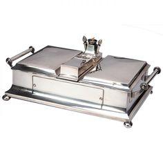 Elegante caixa para charutos executada em prata inglesa com formato retangular e…