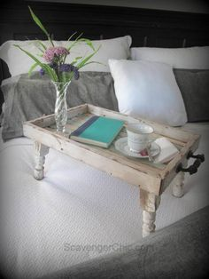 How reclaimed wood was used to make a Reclaimed Wood Bed Tray DIY by Scavenger Chic Diy Wood Projects, Wood Crafts, Spindle Crafts, Bed Tray Diy, Table En Bois Diy, Motif Simple, Reclaimed Wood Beds, Diy Bett, Wood Pallets