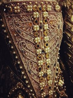 "Kingdom Of The Golden Sparrow: Detail view of Judi Dench's Costume from ""Shakespeare in Love"" Mode Renaissance, Costume Renaissance, Elizabethan Costume, Elizabethan Fashion, Elizabethan Era, Medieval Costume, Renaissance Fashion, Renaissance Dresses, Shakespeare In Love"