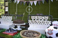 soccer party desert table Mesa de doces para festa com tema de futebol