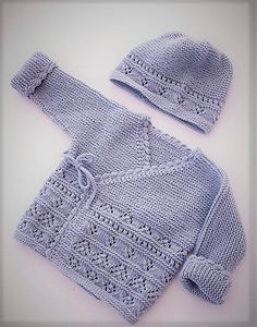Free baby knitting pattern set including a lace cardigan and booties. Free Baby Sweater Knitting Patterns, Baby Booties Knitting Pattern, Knitted Baby Cardigan, Knitted Baby Clothes, Knitting For Kids, Easy Knitting, Baby Patterns, Diy Vetement, Baby Coat