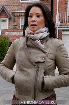 на Джоан Ватсон бежевая куртка из дубленой овчины от Helmut Lang