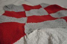 Rødt/hvitt - med lapper strikket som det blå-grønne teppet