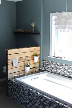 www.bullesdinspi.fr-Florence Fémelat Décoratrice aime beaucoup! On en profite pour décorer la baignoire dans la salle de bains - 18 idées pour recycler des palettes en bois - CôtéMaison.fr#diaporama#diaporama#diaporama