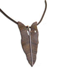 Dije Hoja de Singonio, tallada en maderas preciosas como Bocote, Avellano, Madera de Cebra y Wenge entre otras. El Tallo es de Plata .925, hecho a mano de forma artesanal.