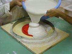 Vertiendo escayola Ceramic Studio, Ceramic Clay, Ceramic Pottery, Ceramic Techniques, Pottery Techniques, Pottery Designs, Pottery Ideas, Clay Plates, Coil Pots