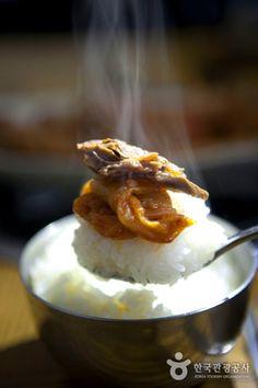 보기만 해도 먹음직스러운 밥상~ 구수한 김치찜과 뭉텅이 돼지고기! 이 두 가지만 있다면 밥 한공기는 뚝딱이네요 :-) [URL]http://blog.naver.com/korea_diary/30183681810