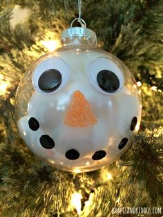 Make this cute and super easy snowman ornament with just a few craft supplies. A great Christmas craft project for kids of all ages! Kids Christmas Ornaments, Christmas Craft Projects, Craft Projects For Kids, Snowman Ornaments, Xmas Crafts, Christmas Diy, Party Crafts, Snowmen, Diy Ornaments For Kids
