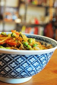 Spaghetti Squash Lo Mein has it all! Plenty of flavor, yet #lowcarb #glutenfree #vegan