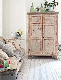 Shabby-Chic Living Room Ideas to Steal // Ideas Farmhouse Style Rustic On A Budget French Modern Romantic Grey Decor Furniture Country DIY Cozy Curtains Vintage Turquoise Couch Cottage Teal Blue Small Black Pink Beach Colors Green Wall Fireplace Gray Whit Shabby Chic Mode, Shabby Chic Design, Salon Shabby Chic, Shabby Chic Living Room, Shabby Chic Kitchen, Shabby Chic Furniture, Rustic Furniture, Furniture Decor, Diy Kitchen