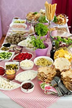 Salaattipöytä juhlahetkeen Finland Food, Party Platters, Catering Food, Party Planning, Buffet, Food And Drink, Veggies, Yummy Food, Lunch