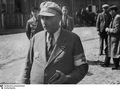 Veterano judio de la Primera guerra mundial lleva la cinta de la cruz de hierro de segunda clase en su solapa en las calles de Lodz.