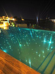 Bill & Coo suites mykonos pool by night Swimming Pool Lights, My Pool, Swimming Pools Backyard, Swimming Pool Designs, Pool Landscaping, Casa Kardashian, Pool At Night, Water Lighting, Lighting Ideas