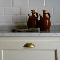 Monticello Country Kitchen, maniglia a conchiglia in ottone naturale #stileinglese #stilecountry #country #inglese #bespoke #timeless #classico #eggshell #coastal #stileamericano #homewood #falcon #rangecookers