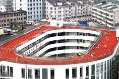 une piste d'athlétisme sur le toit de l'école - http://www.2tout2rien.fr/une-piste-dathletisme-sur-le-toit-de-lecole/
