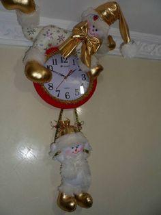 Aprende a como hacer reloj con muñeco navideño Mary Christmas, Christmas In July, All Things Christmas, Christmas Crafts, Christmas Decorations, Xmas, Christmas Ornaments, Holiday Decor, Snowman Crafts
