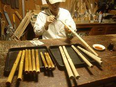 オリジナルケーナ製作中です。 草木染料の下地塗り作業です。 ~HP 木のクラフトと笛七曜工房 工房日記より~