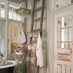 Perfectly Shabby Chic Bathroom - Love the ladder idea Baños Shabby Chic, Shabby Chic Homes, Shabby Chic Furniture, Home Organization Hacks, Bathroom Organization, Bathroom Storage, Old Ladder, Sweet Home, Wooden Bathroom