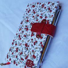 """Mini agenda 2015 modelo exclusivo.  Tira em couro sintético vermelho.  Detalhe do ano """"15"""" em couro sintético  Marca páginas com fita cetim vermelha, mini chave em ouro velho.  Miolo com os meses coloridos.  'APENAS 1 UNIDADE DISPONÍVEL""""  *CANETA MERAMENTE ILUSTRATIVA*( VALOR R$ 8.50 ) EM METAL BRILHANTE PRATEADO R$ 30,00"""