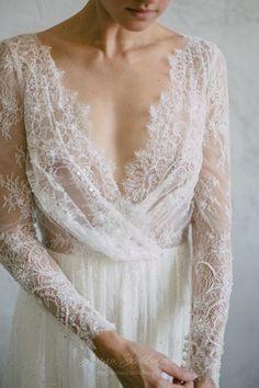 Decote e renda são algumas das tendências para noivas modernas que não abrem mão do romantismo. Quer dicas para escolher o seu vestido ideal? #noiva #bride #vestidodenoiva #weddingdresses