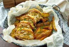 A csirkemell nálunk abszolút favorit. Megmutatjuk a 10 kedvenc ételünket, amiket bármikor, bárhol szívesen eszünk. Videós segítséget is adunk az elkészítésükhöz. Chicken Wings, Cake Recipes, Chicken Recipes, Bacon, Turkey, Cooking, Ethnic Recipes, Food, Kitchen