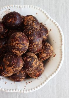 CHOCOLATE PEANUT BUTTER PROTEIN BALLS with protein powder, powdered milk, and coconut too! #thegoldlininggirl
