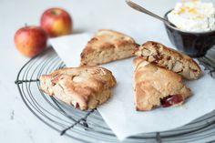 Apfel-Scones mit Kardamom-Sahne