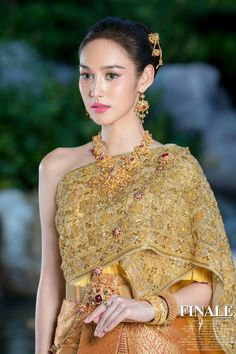 ~ Living a Beautiful Life ~ Traditional Thai Clothing, Traditional Dresses, Thai Brides, Thailand Outfit, Thai Wedding Dress, Thai Dress, Thai Style, Baroque Fashion, Gold Dress