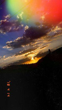 By: Júlia Paes - Arka planlar - Wallpaper Cute Emoji Wallpaper, Rainbow Wallpaper, Sunset Wallpaper, Iphone Background Wallpaper, Tumblr Wallpaper, Wallpaper Desktop, Girl Wallpaper, Disney Wallpaper, Screen Wallpaper