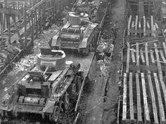 Transport czołgów BT-5 na zbombardowanej stacji kolejowej. Rejon Smoleńska, 1941 r.