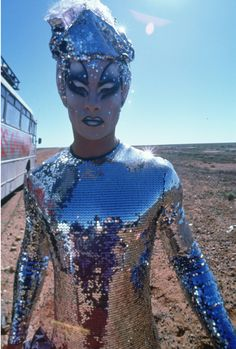 Guy Pearce in 'Priscilla, Queen of the Desert' movie still . I love how you can see the camera crew in the reflection of the sequins. Drag Queens, Priscilla Queen, Paris Is Burning, Guy Pearce, Drag Makeup, Club Kids, Glamour, Rupaul, Looks Style