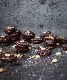 enkelt julgodis choklad jordnotssmor nyttigt godis jordnotsknappar Raw Food Recipes, Dessert Recipes, Desserts, Fika, Sweets, Snacks, Holidays, Christmas, Tailgate Desserts