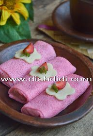 Dadar Gulung with pineapple jam Indonesian Desserts, Indonesian Cuisine, Asian Desserts, Sweet Desserts, Yummy Snacks, Yummy Food, Diah Didi Kitchen, Food Business Ideas, Crepes Filling