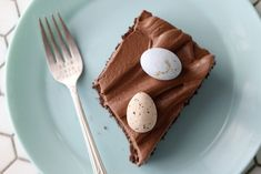 Chocolate sheet cake with speckled easter eggs - Passion 4 baking :::GET INSPIRED::: Sheet Cake Pan, Sheet Cakes, Chocolate Frosting Recipes, Easter Chocolate, Chocolate Cake, Cake Cover, Take The Cake, Unsweetened Cocoa, Savoury Cake