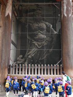 Kongo Rikishi (金剛力士像) at Todai-ji (東大寺) in Nara -Kindergarten students   // //