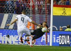 <p>Oblak atrapa el balón ante Benzema durante el partido Atlético de Madrid - Real Madrid (1-1)</p>