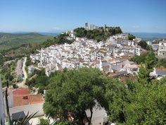 CASARES (Málaga).-  Casares tiene la denominación de Pueblo Colgante.-En este término se encuentra el Paraje Natural Karst de la Utrera, con numerosas cuevas, simas y abrigos.- IMAGEN: Jaycross, en Wikipedia.
