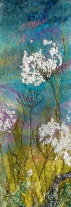 Als een aquarel gevilte ondergrond, daarop geborduurde plant - mooi effect