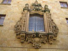 Ventana decorada de arte barroco en la calle Libreros Madrid