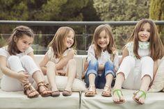 Sandalias para niñas de la mejor calidad, muy cómodas y con un diseño muy actual. Disponibles hasta la talla 38 para ir iguales las niñas y las mamás. #sandálias #sandals #sandales