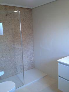 Baño moderno con revestimiento porcelanico de 3 mm en tonos neutros con baldosa tipo gresite dentro de la ducha. Baño Decoyba, consulta nuestros diseños.