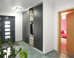 Schiebetürenschrank als Garderobenschrank im Eingangsbereich. Die Schiebetüren in Schiefergrau passen hervorragend in das bestehende Raumambiente.