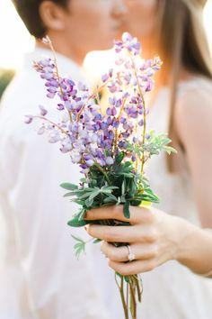 Wildflower bouquet: http://www.stylemepretty.com/ohio-weddings/2015/06/24/oak-openings-preserve-engagement-session/ | Photography: Jenna Nicole - http://www.jennanicolephoto.com/