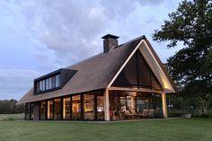 wonen 55 - Bekhuis & KleinJan Modern Barn House, Modern Bungalow, Modern House Design, Dome House, House Roof, Courtyard House Plans, Hillside House, Thatched House, Rural House