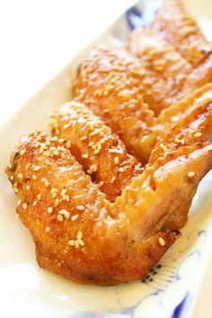 鶏手羽先 約10本 醤油 大さじ1 酒 大さじ1 みりん 大さじ1 三温糖(砂糖) 大さじ1/2 胡麻油 大さじ1~2 白胡麻 適量