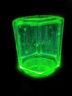 Nachtlicht -Marmeladenglas mit Flüssigkeit aus aufgeschnittenem Knicklicht *schütteln*