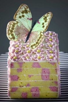 Dig the speckled cake look.how donyou do this?Spring, by the legendary Ms. B: Rich & French vanilla butter with hints of Himalayan rock salt. Beautiful Cake Pictures, Beautiful Cakes, Amazing Cakes, Mini Cakes, Cupcake Cakes, Cupcakes, Fancy Cakes, Cupcake Pictures, Patterned Cake