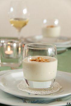 Deze gekoelde macadamianotensoep heeft een hele bijzondere smaak en is een perfecte amuse in een mooi meerdere gangen diner. Verwarm de oven voo... Xmas Dinner, Happy Kitchen, Gazpacho, Glass Of Milk, Soup Recipes, Tapas, Panna Cotta, Buffet, Appetizers