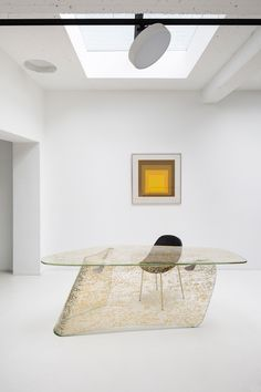 Interior Design Addict: Gold Graph Desk, Xavier Lust, Extra Clear Glass, Curved and Embedded with Gold Leaf, 74 x 220 x 80 cm – Interior Design Addict Design Furniture, Table Furniture, Glass Furniture, Interior Architecture, Interior And Exterior, Showroom Design, Design Blog, Design Trends, Houses